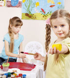 Kinder, die im Vortraining malen. Lizenzfreie Stockfotografie
