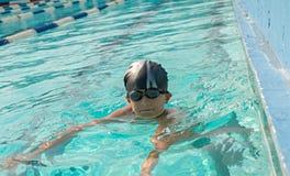 Kinder, die im Wasser, Glück schwimmen und spielen Stockbilder