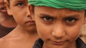 Kinder, die die Kamera neugierig und untersucht worden sein würden stock footage