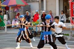 Kinder, die Karate durchführen Stockbild
