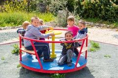 Kinder, die Karussell reiten Lizenzfreie Stockfotografie