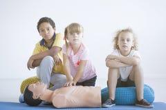 Kinder, die Kastenkompressionen üben stockfoto