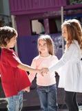 Kinder, die am Kindergarten spielen Stockfoto