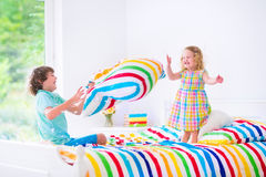 Kinder, die Kissenschlacht haben Stockfoto