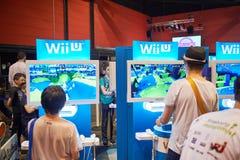 Kinder, die Konsole WII U spielen Lizenzfreie Stockfotos