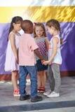 Kinder, die in Kreis tanzen Lizenzfreies Stockfoto