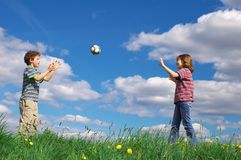 Kinder, die Kugel spielen Lizenzfreie Stockbilder
