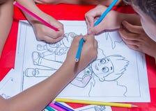Kinder, die in Kunst zeichnen Stockbild