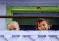 Kinder, die am ländlichen Haus spielen lizenzfreies stockfoto