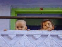 Kinder, die am ländlichen Haus spielen stockbild