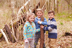 Kinder, die Lager in Forest Together errichten Stockbilder