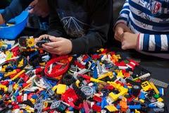 Kinder, die Lego am Tisch spielen Lizenzfreies Stockbild