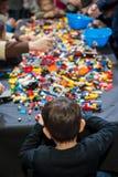 Kinder, die Lego am Tisch spielen Lizenzfreie Stockfotografie