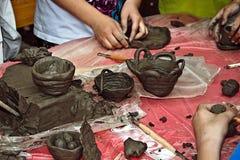 Kinder, die Lehm 1 formen Lizenzfreie Stockbilder