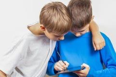 Kinder, die lernen, mit Stift der grafischen Tablette und des Griffels zu zeichnen lizenzfreies stockbild