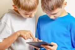 Kinder, die lernen, mit Stift der grafischen Tablette und des Griffels zu zeichnen lizenzfreies stockfoto