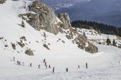 Kinder, die lernen Ski zu fahren lizenzfreies stockfoto