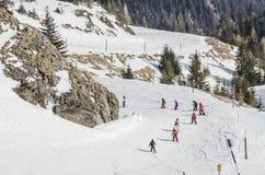 Kinder, die lernen Ski zu fahren stockfotos