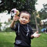 Kinder, die Luftblase spielen stockfotografie