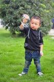 Kinder, die Luftblase spielen lizenzfreies stockfoto