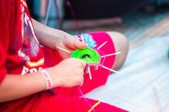Kinder, die Mandala mit den verschiedenen Farben handgemacht herstellen lizenzfreie stockfotografie
