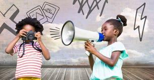Kinder, die Megaphon und Kamera mit bewölktem Raumhintergrund und -zeichnungen halten Lizenzfreie Stockfotografie