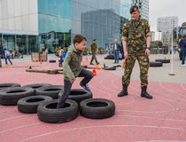 Kinder, die Militärhindernislauf abhalten Stockbild
