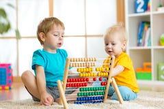 Kinder, die mit Abakus spielen Stockbild