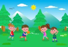 Kinder, die mit Ball in der Natur spielen Lizenzfreies Stockfoto