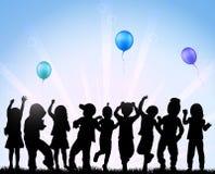 Kinder, die mit Ballonen tanzen Lizenzfreies Stockbild