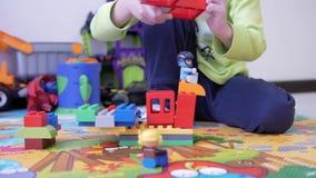 Kinder, die mit Blöcken spielen stock footage