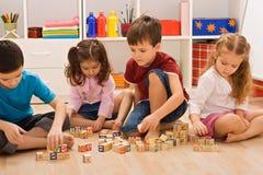 Kinder, die mit Blöcken spielen Lizenzfreie Stockfotos