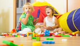 Kinder, die mit Blöcken spielen Stockbild