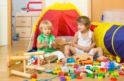 Kinder, die mit Blöcken spielen Stockfotos