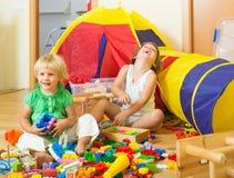 Kinder, die mit Blöcken spielen Lizenzfreies Stockfoto