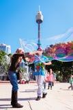 Kinder, die mit Blasen im Park, Sydney, Australien spielen Lizenzfreies Stockbild
