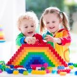 Kinder, die mit bunten Blöcken spielen Stockfotografie