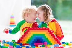 Kinder, die mit bunten Blöcken spielen Lizenzfreie Stockfotos