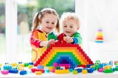 Kinder, die mit bunten Blöcken spielen Lizenzfreies Stockfoto