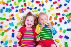 Kinder, die mit bunten Blöcken spielen Stockbild