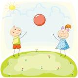 Kinder, die mit einem Ball auf dem Hügel spielen Hand gezeichnete vektorabbildung Lizenzfreie Stockfotos