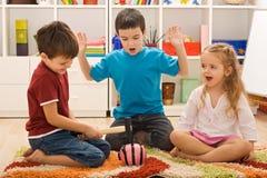 Kinder, die mit einem piggybank spielen Lizenzfreies Stockfoto