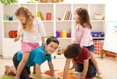 Kinder, die mit Freunden in ihrem Raum spielen Stockfotos
