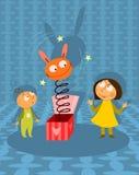 Kinder, die mit Jack-in-the-boxspielzeug spielen Stockbild