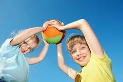 Kinder, die mit Kugel spielen. Lizenzfreies Stockbild