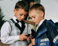 Kinder, die mit Mobiltelefon spielen Lizenzfreies Stockbild