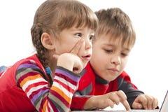 Kinder, die mit Notizbuch legen Stockbild