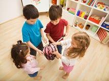 Kinder, die mit piggybanks spielen Stockbilder
