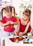 Kinder, die mit Plasticine spielen. Stockfotografie
