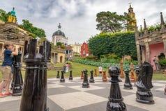 Kinder, die mit riesigen Schachfiguren, Portmeirion, Nord-Wales spielen lizenzfreie stockfotos